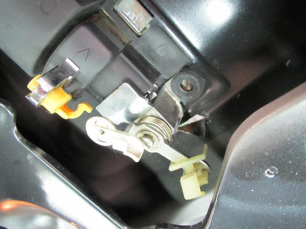 スライドドアアウターハンドル下にドライバーで穴(ハイエースバン) (17).JPG