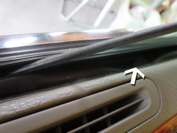 ドアモールがガラスに巻き込む(セルシ) (3).JPG
